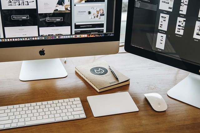 kancelář a laptop