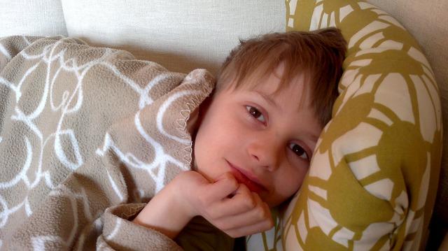 chlapec pod dekou