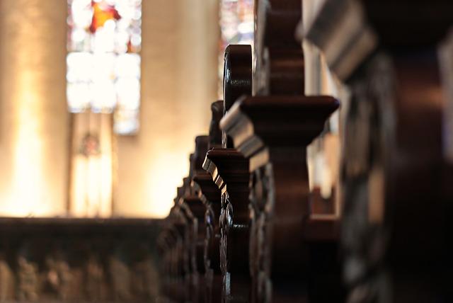 církev lavice