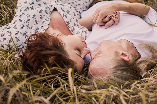 ležení v trávě