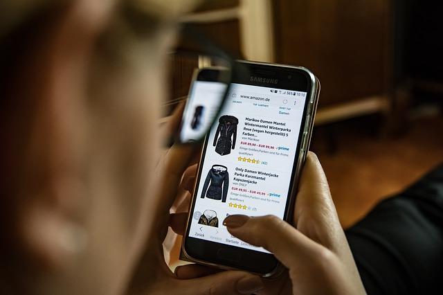 nakupování oblečení přes mobilní telefon