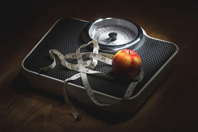 metr s jablkem na váze.jpg