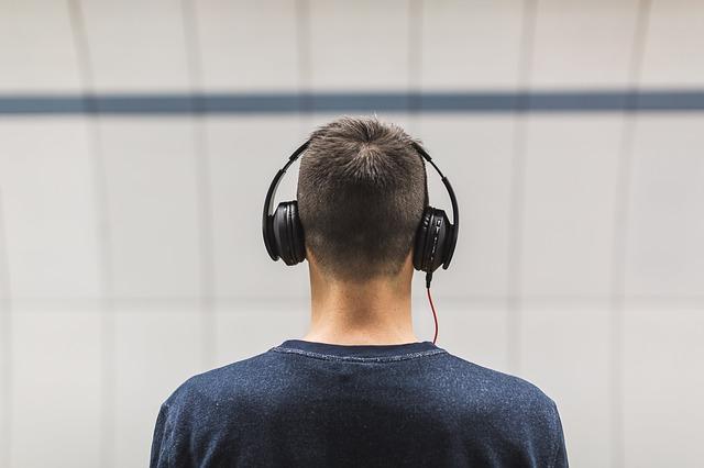 člověk a sluchátka.jpg