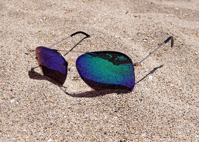sluneční brýle v písku.jpg