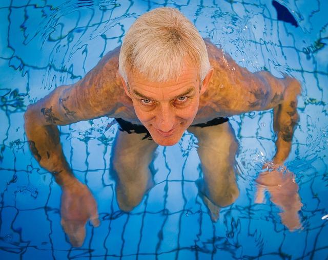 starší muž v bazénu