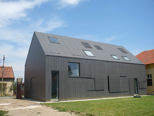 šedý dům