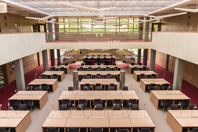 stoly v knihovně