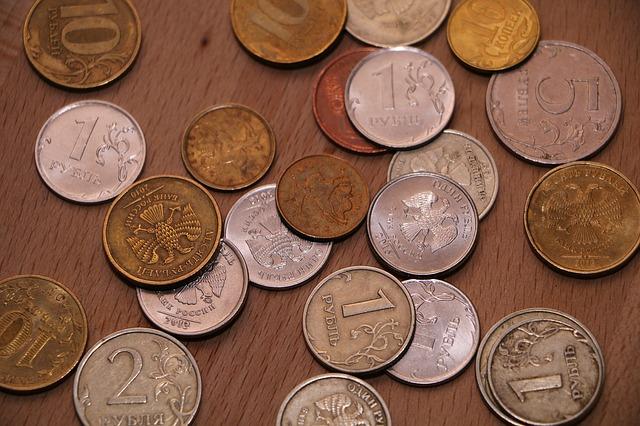 drobné ruské mince na stole, rubly