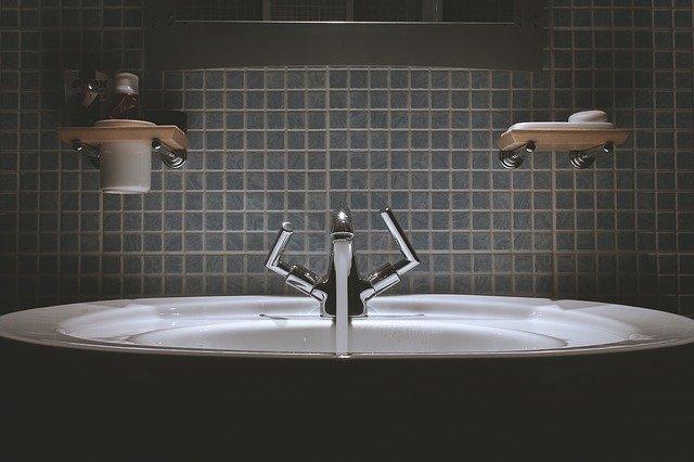 umyvadlo s tekoucí vodou