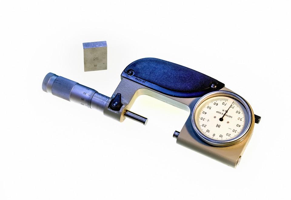 kovový mikrometr